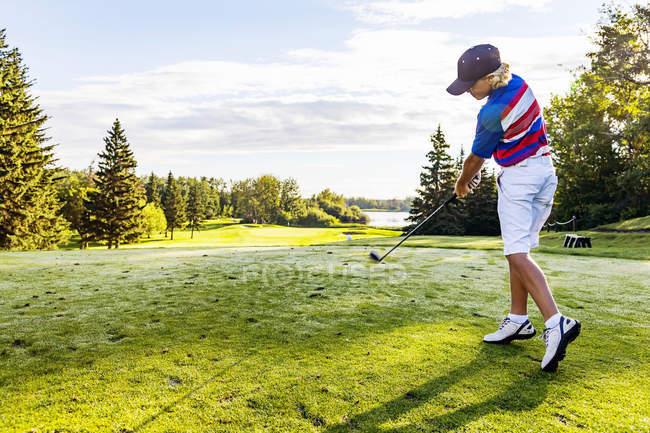 Молодой кавказский гольфист пропустил дыру — стоковое фото