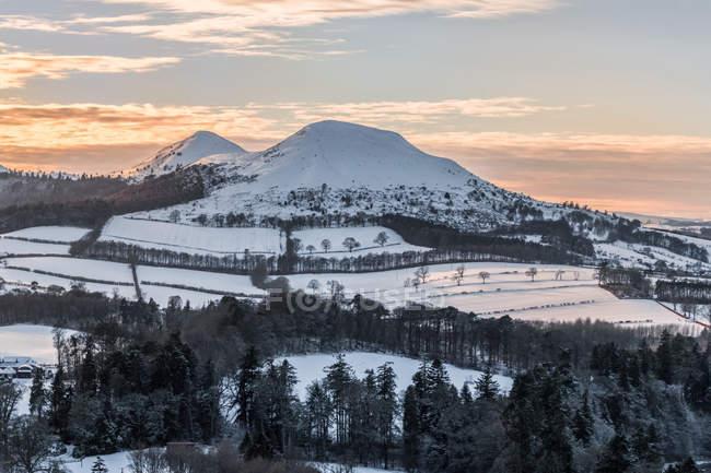 Die Aussicht von Scotts Lücke wie die Sonne geht hinter den Eildon Hügeln von Melrose, Melrose, Scottish Borders, Schottland — Stockfoto