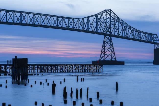 Crepúsculo desce na ponte Astoria-estudante, Astoria, Oregon, EUA — Fotografia de Stock