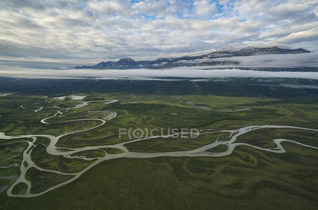 Berge und Dezadeash River, Kluane Nationalpark und Reserve, in der Nähe von Haines Junction, Yukon, Kanada — Stockfoto