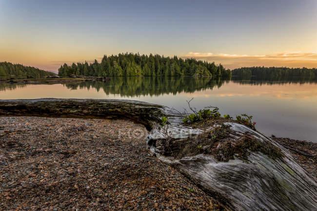 Il sole tramonta sulle isole Broken Group al largo della costa occidentale dell'isola di Vancouver, Pacific Rim National Park Reserve, British Columbia, Canada — Foto stock