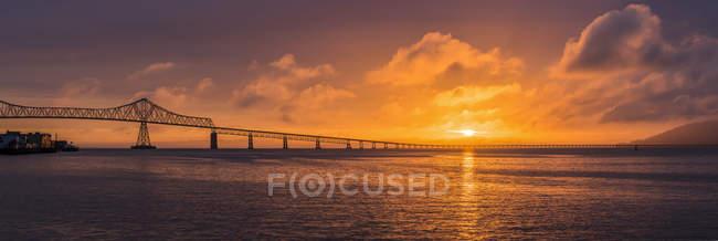 O sol se põe sobre a foz do rio Columbia, Astoria, Oregon, EUA — Fotografia de Stock