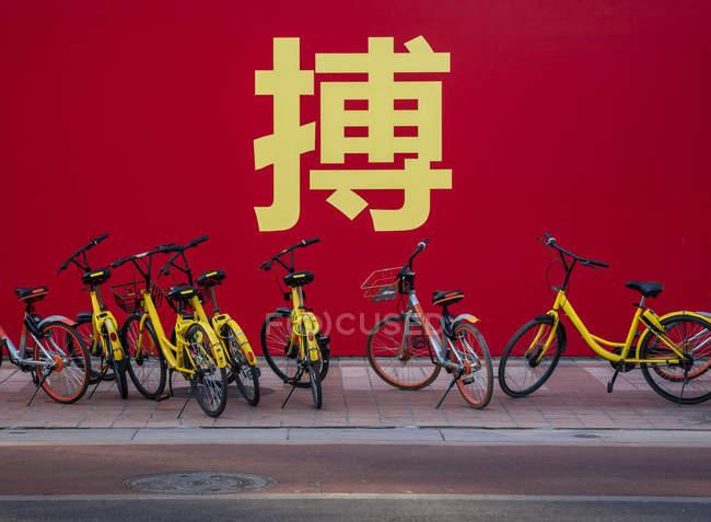 Bicicletas estacionadas na rua; Pequim, China — Fotografia de Stock