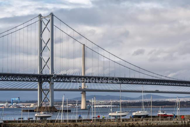 As pontes antigas e novas, abrangendo o Firth of Forth; Queensferry, Escócia — Fotografia de Stock