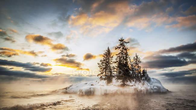 Живописный вид на остров в озере верхнее на рассвете; Гранд-Маре, Миннесота, Соединенные Штаты Америки — стоковое фото