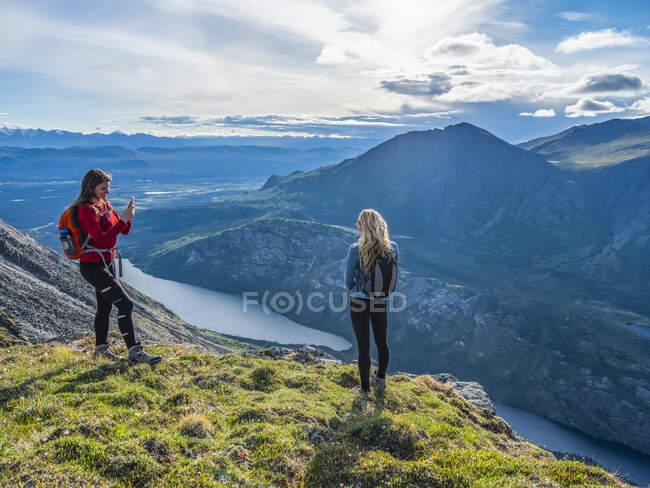 Two women exploring the mountains and wilderness of the Yukon, feeling alive and vibrant in the beautiful scenery around Haines Junction. — Stock Photo