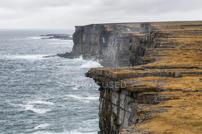 Forte preistorico di Dun Aonghasa, arroccato su una scogliera alta, Inishmore, Isole Aran, Kilronan, Contea di Galway, Irlanda — Foto stock