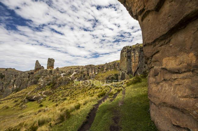 Мальовничий вид на Лос-Файльйони, масивні вулканічні стовпи на Cumbecayo, Кахамарка, Перу — стокове фото