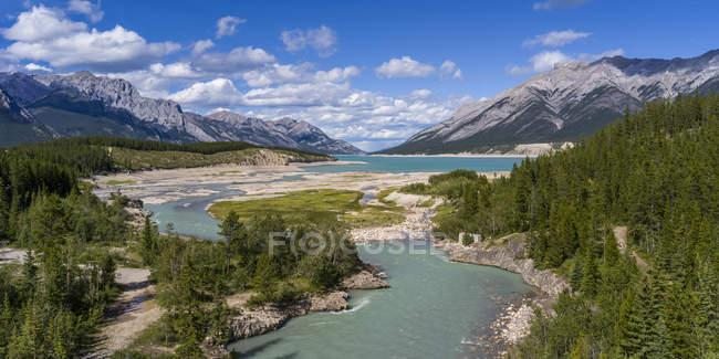Річкові обмотки через канадські Скелясті гори; Альберта, Канада — стокове фото