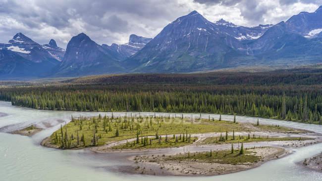 Río serpenteando a través de las Montañas Rocosas Canadienses; Alberta, Canadá - foto de stock