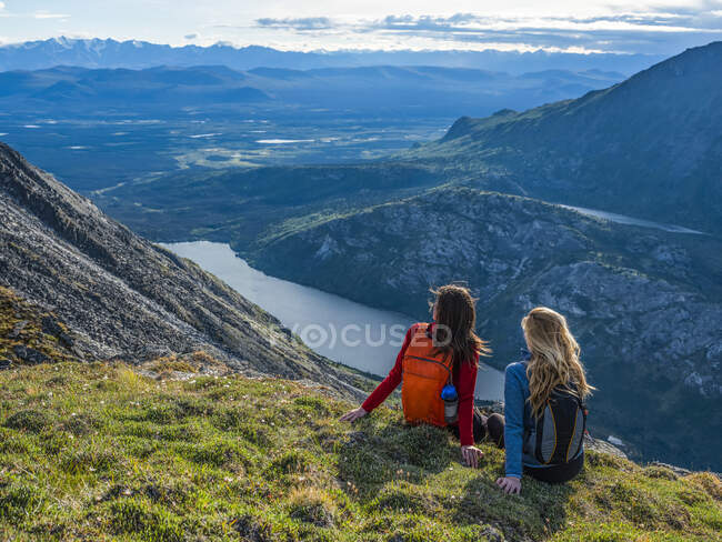 Two women exploring the mountains and wilderness of the Yukon. Feeling alive and vibrant in the beautiful scenery around Haines Junction; Yukon, Canada — Stock Photo