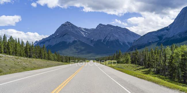 Дорога через міцний Канадський Скелясті гори; Сполучені Штати Америки — стокове фото