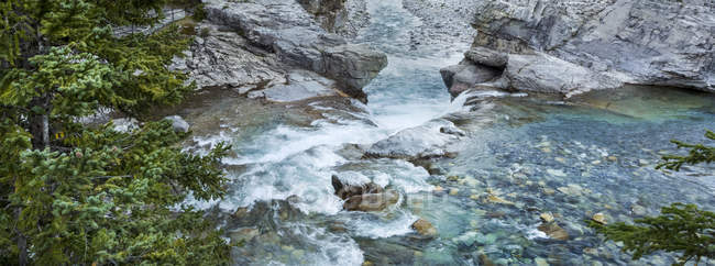 Vista cénico do rio e das quedas do cotovelo; Kananaskis, Alberta, Canadá — Fotografia de Stock