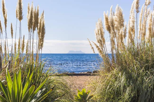 Vista de Gibraltar en la lejana distancia de las playas de la costa de sol; Estepona, Málaga, España - foto de stock