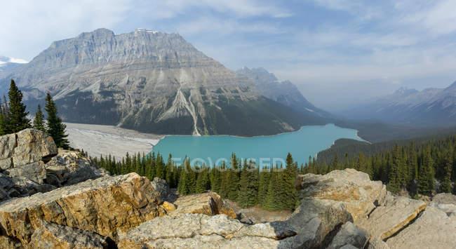 Vista cénico do Lago Peyto e das montanhas rochosas canadenses, Parque Nacional de Banff; Alberta, Canadá — Fotografia de Stock
