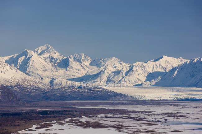 Montañas de Chugach cubiertas de nieve alrededor del Glaciar Knik, centro-sur de Alaska; Palmer, Alaska, Estados Unidos de América. - foto de stock
