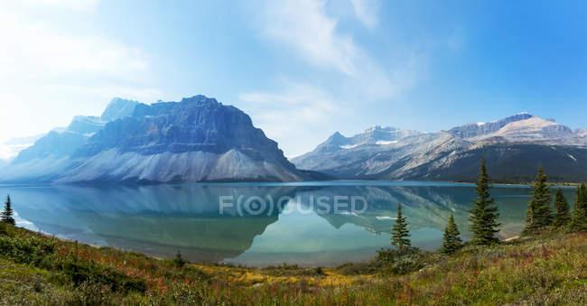Мальовничий вид на озеро і канадські Скелясті гори, Національний парк Банф; Альберта, Канада — стокове фото