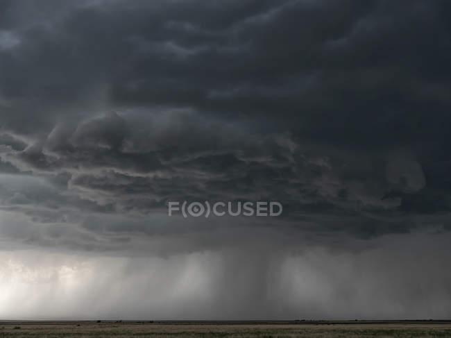 Céu dramático sobre a paisagem durante a tempestade no centro-oeste dos Estados Unidos, Kansas, Estados Unidos da América — Fotografia de Stock