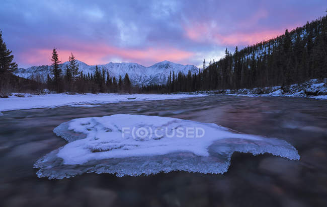 Alba sulle montagne vicino a Whitehorse con il fiume Wheaton che scorre verso e le nuvole che si riflettono nel fiume, Whitehorse, Yukon, Canada — Foto stock