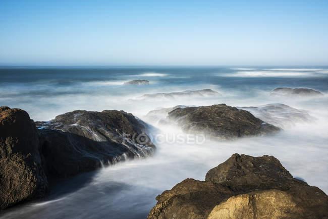 Волны смягчились из-за длительного выброса на пляж в парке штата МакКеррихер и морской заповедной зоне близ Клеоне в Северной Калифорнии, Клеоне, Калифорния, США — стоковое фото