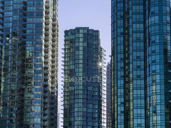 Condominiums Skyscraper avec façade de verre réfléchissant le ciel bleu ; Vancouver (Colombie-Britannique) Canada — Photo de stock