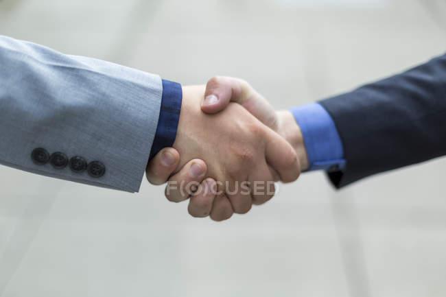 Двоє молодих чоловіків, які потиснули руки; Ботелл, Вашингтон, Сполучені Штати Америки. — стокове фото