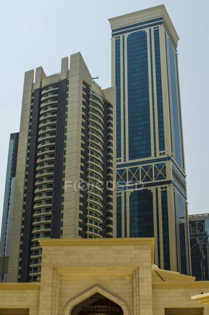 Gratte-ciel modernes avec bâtiment en brique au premier plan ; Doha, Qatar — Photo de stock