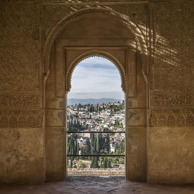 Detalle adornado en una fachada de pared interior con vistas a la ciudad de Granada; Granada, provincia de Granada, España - foto de stock