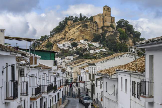 Ruinas de un castillo morisco en una colina con casas que llenan la ladera, Montefrio, Provincia de Granada, España - foto de stock