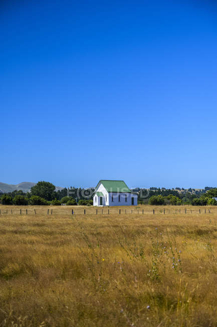 Country church and farm fields ; Martinborough, South Wairarapa District, Wellington, Nouvelle-Zélande — Photo de stock