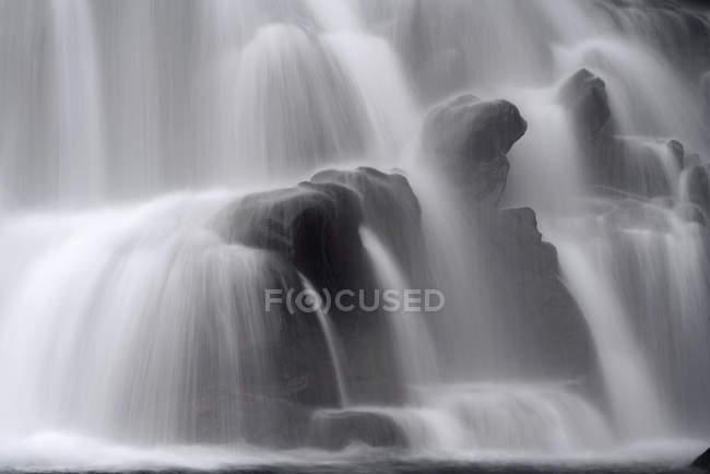 Крупный план текущей воды на дне водопада; Исландия — стоковое фото