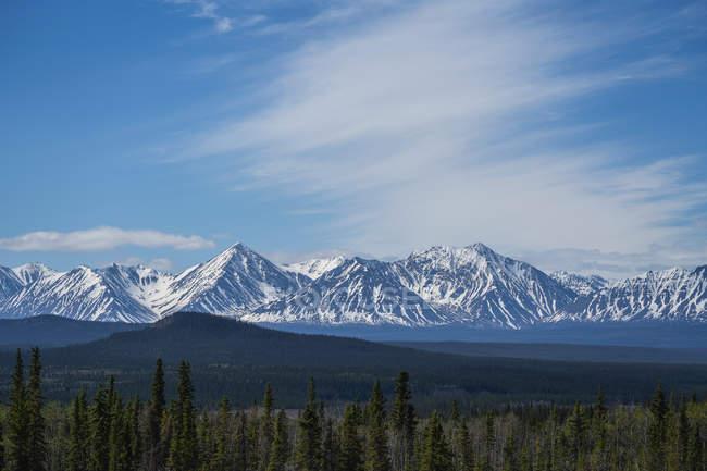 Les chaînes frontales des monts Saint-Elias dans le parc national et réserve de parc national Kluane vues depuis la route jusqu'à Haines Junction ; Haines Junction, Yukon, Canada — Photo de stock