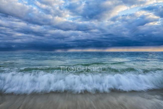 Vue panoramique sur les vagues dans l'océan entourant Oahu ; Oahu, Hawaï, États-Unis d'Amérique — Photo de stock