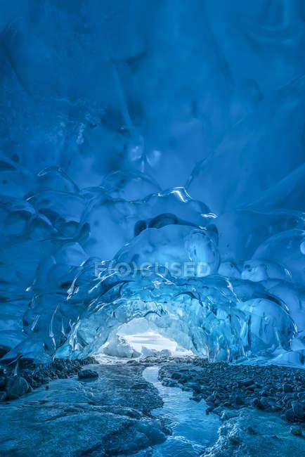 Un torrente scorre sotto una grotta di ghiaccio sul ghiacciaio Mendenhall, Tongass National Forest; Alaska, Stati Uniti d'America — Foto stock