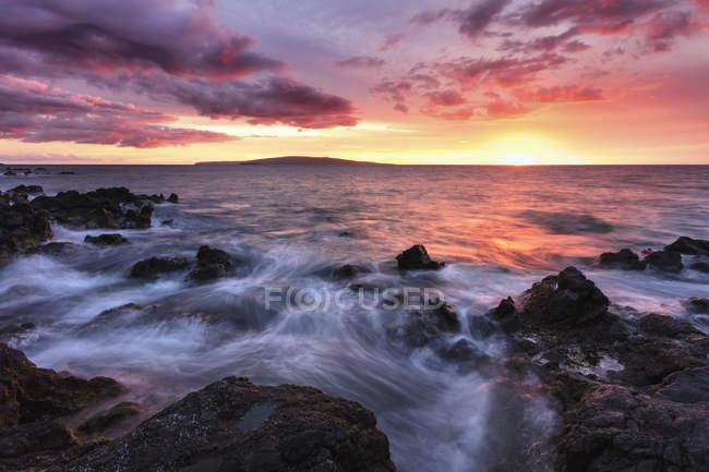 Água macia sobre rochas de lava com um pôr do sol vermelho, Makena, Maui, Hawaii, Estados Unidos da América — Fotografia de Stock
