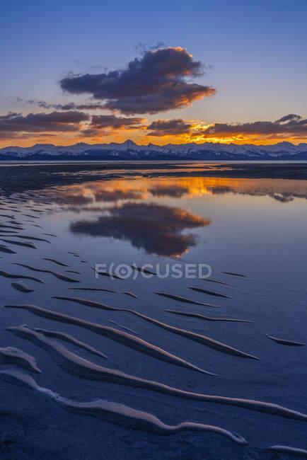 Eagle River y Eagle Beach durante una puesta de sol de colores brillantes y las montañas Chilkat; Juneau, Alaska, Estados Unidos de América - foto de stock