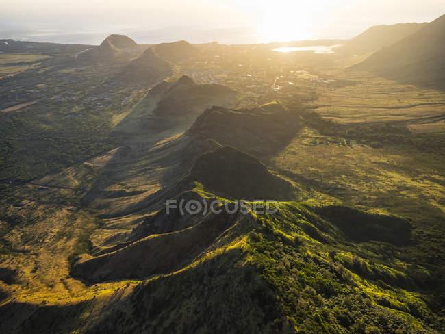 Immagine aerea delle lussureggianti montagne che circondano Oahu; Oahu, Hawaii, Stati Uniti d'America — Foto stock