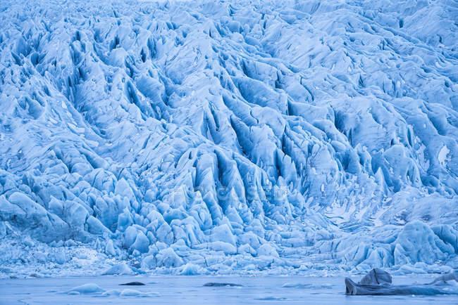 Ghiacciaio lungo la sponda meridionale dell'Islanda, gli iceberg sono congelati nella laguna, Islanda — Foto stock