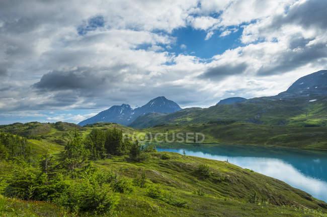 Turquoise water of Lost Lake high in the mountains of the Kenai Peninsula near Seward, Аляска, США — стоковое фото