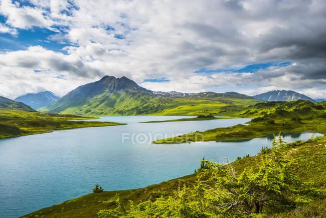 Бірюзова вода Втраченого озера високо в горах півострова Кенай, поблизу Сьюарда (Аляска, США). — стокове фото