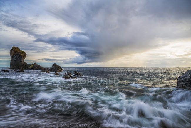 Waves crashing against the shoreline of Djupalonssandur beach at sunset, Snaefellsness Peninsula, Iceland — Stock Photo