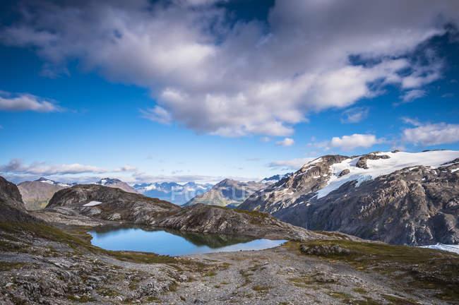 Vista cénico da paisagem majestosa e do lago do Parque Nacional dos Fjords de Kenai, Alaska, Estados Unidos da América — Fotografia de Stock