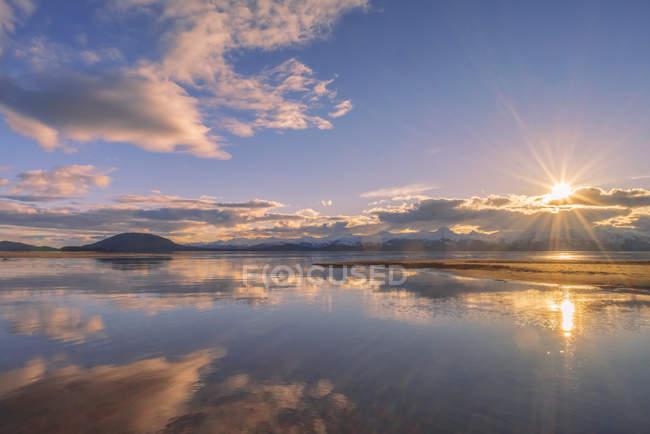 Eagle River і Eagle Beach під час блискучого кольору захід сонця і Chilkat гір; Juneau, Сполучені Штати Америки — стокове фото