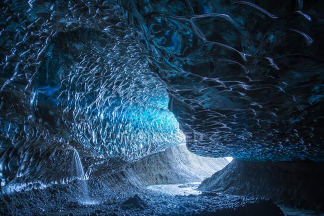 Grande grotte de glace dans la calotte glaciaire de Vatnajokull, au sud de l'Islande ; Islande — Photo de stock