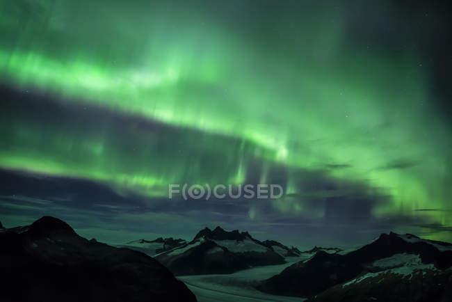 Северное сияние светится над ледяным полем Джуно, Тонгасский национальный лес; Аляска, США — стоковое фото