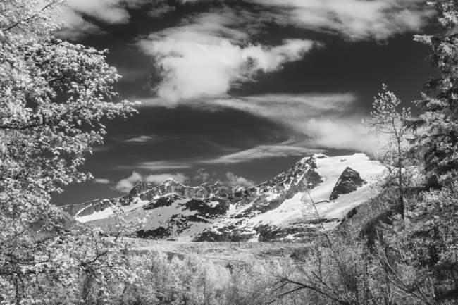 Vista panoramica di un bellissimo paesaggio con lago e montagne sullo sfondo, monocromatico — Foto stock