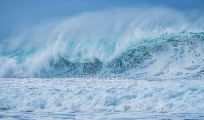 Ondes énormes dans l'océan entourant Oahu ; Oahu, Hawaï, États-Unis d'Amérique — Photo de stock