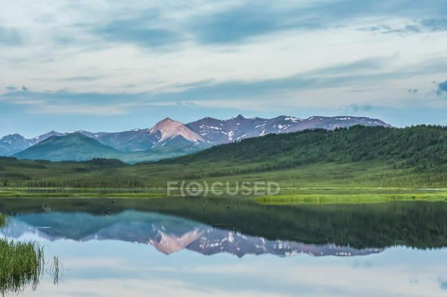 Nuvens noturnas quebrando sobre Healy Lake na Alaska Range no centro-sul do Alasca em uma noite nublada de verão, Alaska, Estados Unidos da América — Fotografia de Stock