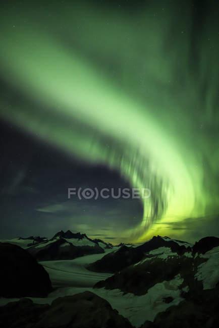 Северное сияние над Айсфилдом Джуно, Тонгасский национальный лес; Аляска, Соединенные Штаты Америки — стоковое фото