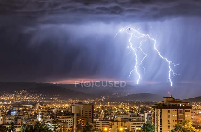 Céu tempestuoso e relâmpagos sobre uma cidade à noite, Cochabamba, Bolívia — Fotografia de Stock